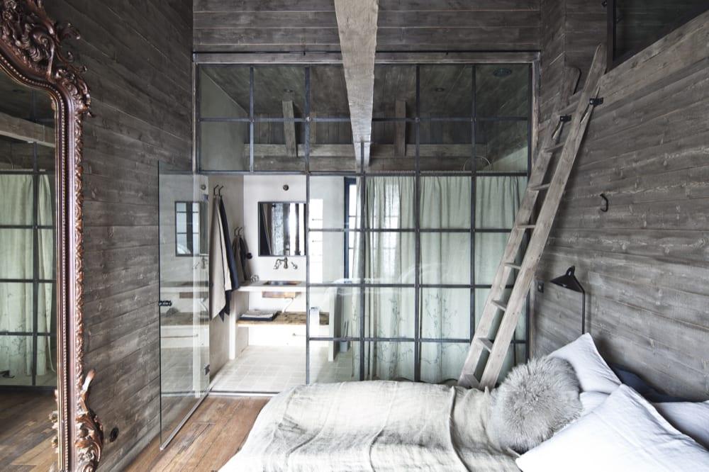 Hotellrum med dubbelsäng och sovloft